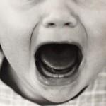 大都市の住宅に増殖中のクマネズミが赤ん坊に噛りつく!